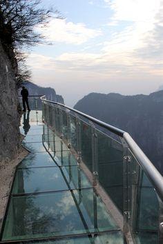 Skleněný chodník kolem hory Tchien-men v čínské provincii Chu-nan