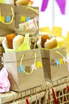 Essas sacolinhas dão todo o charme caipira para enfeitar a mesa de comida