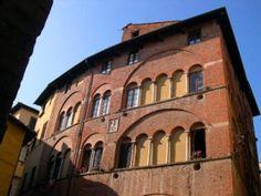 LA ROMEA Nel cuore del centro storico dell'incantevole città di Lucca si trova all'interno del bel palazzetto tardo trecentesco la Residenza d'Epoca La Romea B&B.