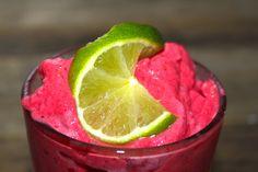 Denne smoothien er frisk, god og litt syrlig. Bringebærene og limen gir syrlighet og jordbær, sukkerfri saftkonsentrat og vaniljeyoghurt balanserer det syrlige med litt sødme. Smoothien blir tyktfl…