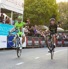 Peter Sagan and Robbie McEwen show the 2013 Noosa Criterium crowd how to do a wheelie!