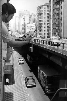 O técnico do IPT, João Baring, constata o nível de ruído na Av. São João, ao lado do Minhocão, em 1989.