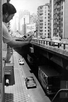 O técnico do IPT, João Baring, constata o nível de ruído na Av. São João, ao…