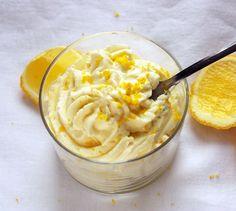 Mélangez le mascarpone, le sucre, le jus et le zeste de citron.   Fouettez la crème en chantilly bien ferme.   Incorporez délicatement cette chantilly au mascarpone.   Versez la préparation dans des verrines et laissez au frais au moins 4heures avant de servir.