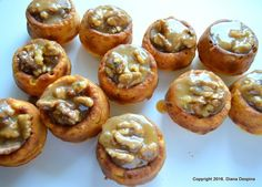 Briose intoarse cu crema din zahar ars si nuci Cupcakes, Baked Potato, Bacon, Muffin, Potatoes, Sweets, Breakfast, Ethnic Recipes, Food