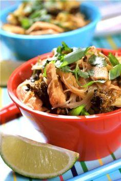 Makaron ryżowy z kurczakiem i brokułami