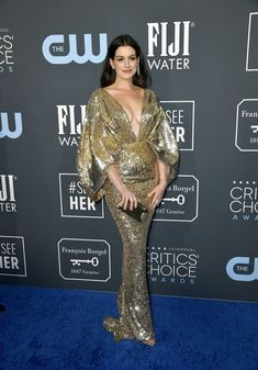 Anne Hathaway was a sight for sore eyes in a glittery gold Atelier Versace gown at the 2020 Critics' Choice Awards. Zendaya, Jennifer Lopez, Critic Choice Awards, Critics Choice, Rachel Brosnahan, Dior Couture, Atelier Versace, Joey King, Kristen Bell