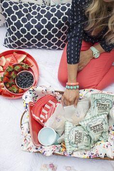 "theglitterguide: "" Ideas for a fun picnic in the park on Glitter Guide "" Picnic Time, Summer Picnic, Picnic At Hanging Rock, Modelos Fashion, Cupcake Display, Company Picnic, Picnic In The Park, Preppy Style, Preppy Fashion"