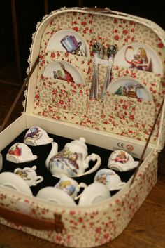 Oh my goodness! What an amazing little vintage Alice Tea Set! I wonder how I could track one down? ❤❤❤