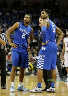 Kentucky head coach John Calipari talked with brothers Kentucky 's Aaron Harrison (2) and Kentucky 's Andrew Harrison (5)