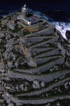 28. Faro de Cies. situado en la punta más alta de la Isla de Medio en las Islas Cies, la linterna de luz blanca está situada sobre una torre troncocrónica con dos corredores en la parte superior con un alcance de 16 millas. El faro vigila la entrada a la ría de Vigo, rodeado de la belleza del parque. Illas Cíes, Vigo. (Pontevedra). Galicia. Spain