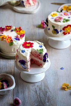 Adorable mini cakes with edible flowers, perfect for a dessert table! Mini Wedding Cakes, Mini Cakes, Cupcake Cakes, Baby Cakes, Bundt Cakes, Pretty Cakes, Beautiful Cakes, Amazing Cakes, Cake Cookies