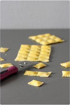 La recette des raviolis avec l'accessoire adapté à la machine est différente de celle vue hier, avec la recette des tagliatelles. Il faut une pâte plus