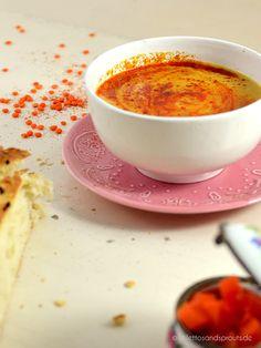 Türkische Linsensuppe   Oriental style red lentil soup   wärmende vegetarische Suppe mit Karotten, roten Linsen und einer Paprikabutter. Dazu gibt es türkisches Fladenbrot. Einfaches Rezept für eine raffinierte Linsensuppe aus der orientalischen Küche.