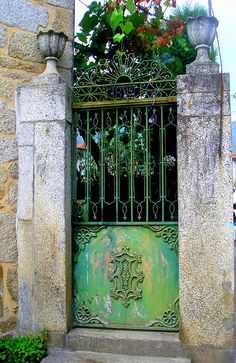 green painted iron gate with stone pillars Porches, Stairs Window, Doorway, Door Gate, Fence Gate, Entrance Gates, Grand Entrance, Art Du Monde, Grades