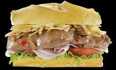 """Los sandwich que comemos los argentinos: """"""""Lomito Completo"""""""" lomito a la parrilla con lechuga, tomate, queso y la variante moderna ponerle papitas fritas, todo bien, pero para a mi sacale las papitas"""
