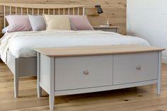 Elise Bedroom range: double size slat bed, blanket chest, bedside chest 1 drawer / Elise Bedroom kolekcija: dvigulė lova, patalynės dėžė, spintelė prie lovos su stalčiumi.