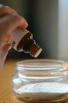 DIY DÉSODORISANT. Bicarbonate de soude + 8 gouttes d'une huile essentielle de votre choix. Simple de même.