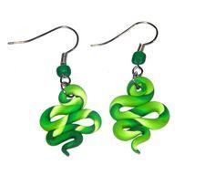 Ein Paar schöne Ohrringe aus Fimo in grün.  Sehr leicht zu tragen.  Unikat  Handarbeit    Ein Schmuckstück, das Sie gleich verschenken können.   Eine
