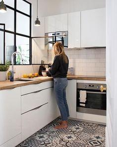 white kitchen design ideas for the heart of your home 00021 ~ Gorgeous House Kitchen Carpet, Kitchen Flooring, Kitchen Tiles, Kitchen Worktop, Kitchen Cabinets, Wall Cabinets, Parquet Flooring, Flooring Ideas, Kitchen Layout