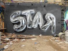 Balloons Lettering Street Art – Fubiz™ Le street artiste Fanakapan réalise des fresques réalistes de ballons depuis ses débuts, en 2010. Il représente des mots aléatoires et lettres sous la forme de ballons gris gonflés à l'hélium et qui font penser aux ballons des fêtes d'anniversaires. Une sélection de son travail est disponible dans la galerie.