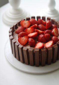 En enää tiedä, mistä idea Kit Kateilla koristeltuun kakkuun tuli alun perin, mutta kun aloin googlailla ohjeita, tajusin että kyseessä on joku ihan vakiintunut juttu. Monissa ohjeissa kakku on koristeltu reunoille pystyyn laitetuilla Kit Kateilla,...