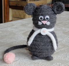 Spool knit mouse Knitting Doll Projects, Hand Sewing Projects, Spool Knitting, Knitting Patterns, Knitting Ideas, Doll Crafts, Yarn Crafts, Crochet Mouse, Knit Crochet