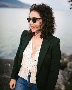Si vous êtes nouvelle par ici, vous ne connaissez peut-être pas encore mon e-book sur les indispensables de la garde-robe féminine.  Dans cet e-book, vous trouverez les quelques pièces qui vous permettront de faire des tenus plus facilement. Photo Portrait, Inspiration Mode, Instagram Images, Jackets, Curly Blonde, Blogging, Women, Fashion, Polka Dot Shirt