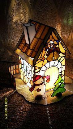 Купить или заказать 'Рождественский домик' витражный светильник в интернет-магазине на Ярмарке Мастеров. Сказочный рождественский домик выполнен в технике Тиффани. Создаёт волшебную атмосферу праздника.