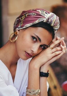 How to take picture of yourself – Scarf hairstyles - Frisur Ideen Mode Turban, Hair Scarf Styles, Hair Scarf Wraps, Silk Hair Scarf, Turban Style, Turban Outfit, Bandana Outfit, Bandana Scarf, Style Hair