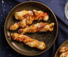 A legegyszerűbben egy csomag konyhakész leveles tésztából varázsolhatunk ellenállhatatlan vendégváró falatokat. Most egy ketchupos-baconös csavart ropogtatnivalót mutatunk. Corn Flakes, Trifle, Chicken Wings, Bacon, Food, Delicious Recipes, Essen, Meals, Yemek