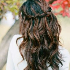 Black and dark caramel appear to be highly contrasting, and that's the pepper of this expressive braided hairstyle. The hues do not melt in each other, but intertwine quite agreeably.