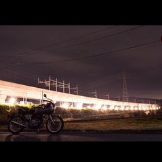 Instagram【cozy_of_doggy】さんの写真をピンしています。 《. 夜活チャレンジ(´ω` ) JR新鳥栖〜麓駅あたりの線路工事の明かりが上を通る九州新幹線の高架を照らして、まるで光の橋ができてました(´∀` ) ちょっと雨に降られたけどなかなか見れない光景にちょっと感動(´ω` )✨ . . . #コージが工事を撮る #ロマンチック佐賀 #よかとこby佐賀 #実際は怒号の飛び交う殺伐とした工事現場 #九州新幹線 #光の橋 #夜景 #夜活 #ライダー夜活部 #九州カメラ同好会 #ファインダー越しの私の世界 . . . . #nikon#D5300 #GB400#honda#bike#motorcycle#caferacer#caferacerxxx#cafe#bj_mycar#バイク》