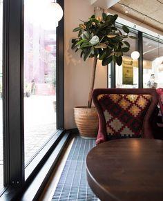 Med en konvektor nedfälld i golvet får du en både snygg och praktisk lösning och en nästintill osynlig värmelösning framför stora fönsterpartier.