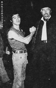 Bruce Lee with James Coburn at Kai Tak airport. Kai Tak Airport, Indian Yoga, Legendary Dragons, Bruce Lee Photos, Ip Man, Boxing Fight, Brandon Lee, Enter The Dragon, Famous Stars