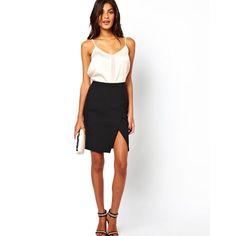 Asos: Look de falda tubo con apertura, top blanco y sandalias. Perfecto para una cena con el clutch blanco.