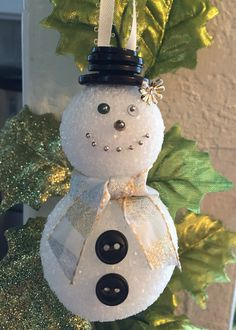 Quick snowman ornament I made today with my mom. How to use a few scraps you have in your craft kit. Two styrofoam balls, a bit of ribbon, extra buttons and a few sequins with sewing pins=cuteness ⛄️