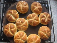 Kaisersemmeln selber machen ~ homemade kaiser rolls - Pin This Dog Recipes, Easy Cake Recipes, Pampered Chef, Super Healthy Recipes, Healthy Treats, Nutella, Veggie Pasta Recipes, German Baking, Austrian Recipes
