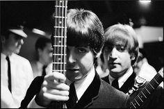 Paul y John atrás...
