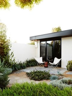 simple butterfly chairs for a relaxed seating area in this outdoor garden.