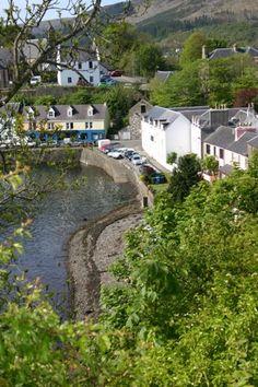 Loch Portree, Isle of Skye.Het witte pand waar de auto's voor staan (aan het water) was ons hotel.