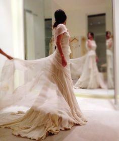 Maravillosa foto encontrada en Pinteres de una prueva de vestido de novia en Cortana.