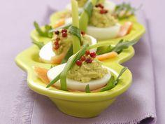 Eier mal anders. Aber sehr sehr lecker. Eier mit Guacamole und rotem Pfeffer - smarter - Kalorien: 90 Kcal - Zeit: 30 Min. | eatsmarter.de
