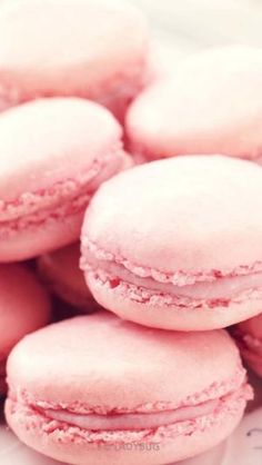 A crispy pink macaron with foamy strawberry frosting in the middle. A delightful dessert. Macarons Rose, Pink Macaroons, Macaroon Cookies, Pink Wallpaper, Iphone Wallpaper, Trendy Wallpaper, Macaroon Wallpaper, Fundo Pink, Wallpapper Iphone