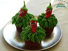 Cupcakes de plantas para defendernos de los zombies!. Cumple de Manu con temática llena de plantas y colores. #obelia #cake #torta #pastel #birthday #cumpleaños #sweet #instacake #pasteleria #laplata #mesadulce #diseñodulce #festejo #sweetdesign #cupcake #cookies #souveniers #popcorn #pochoclos #candybar #celebración #plantasvszombies #juego #plantas #zombies #manuel Pop Corn, Cupcakes, Christmas Ornaments, Holiday Decor, Desserts, Food, Pastries, Food Cakes, Celebration