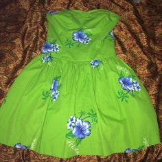 🌴NEW HOLLISTER DRESS🌴 Green, blue and white Hollister short dress accented with flowers. Very pretty and great for casual wear! Purchased 2 summers ago and have only wore it once since I don't wear dresses often. Perfect condition. Fits me and I am 5'5, 34b and size 3 pants. Hollister Dresses
