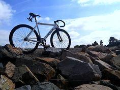 5 najlepszych podjazdów rowerowych na Śląsku. Szum gum, wiatr we włosach i pęd powietrza. Zjazd na dwóch kółkach z górskiego szczytu lub przełęczy to kwintesencja kolarstwa. Tyle tylko, że zanim ruszymy w dół, musimy najpierw wdrapać się na górę. Przedstawiamy 5 najciekawszych (naszym zdaniem) szosowych podjazdów rowerowych na Śląsku. Ruszamy! #wszystkiekolorymiasta #śląsk #wycieczka #rowery #incity