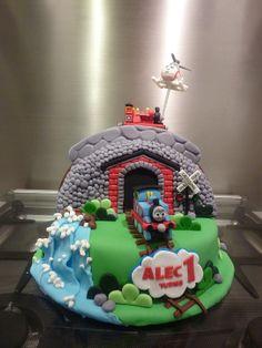 thomas the train cupcake tower Thomas Birthday Cakes, Thomas Cakes, Thomas The Train Birthday Party, Leo Birthday, 4th Birthday Cakes, Trains Birthday Party, Train Party, Thomas And Friends Cake, Train Cupcakes