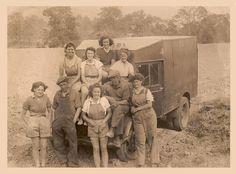 Talgarth-Land-Girls-taking-a-break-during-spud-picking.jpg (960×710)
