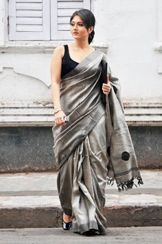 Love the saree Indian Look, Indian Ethnic Wear, Indian Dresses, Indian Outfits, Moda Indiana, Grey Saree, Simple Sarees, Yves Saint Laurent, Beauty And Fashion